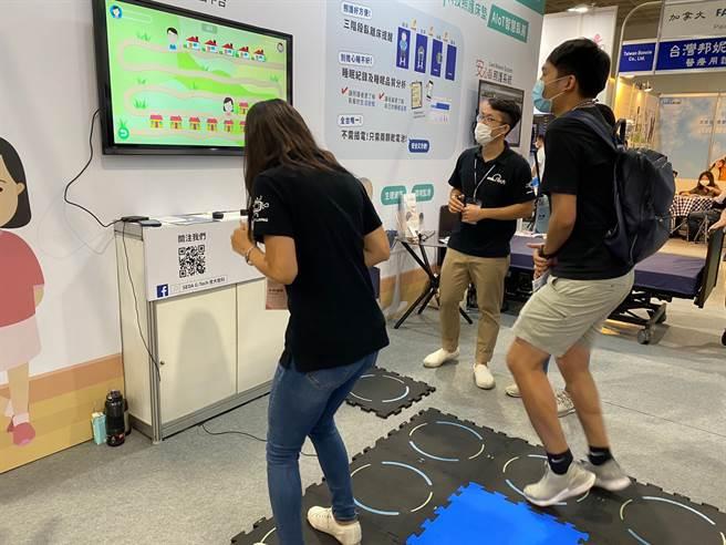 「天才運動地墊WhizToys」是一款可進行多種認知及復健的互動遊戲,結合認知訓練、肢體活動、多感官刺激達到復健及互動效果。(楊宜臻攝)