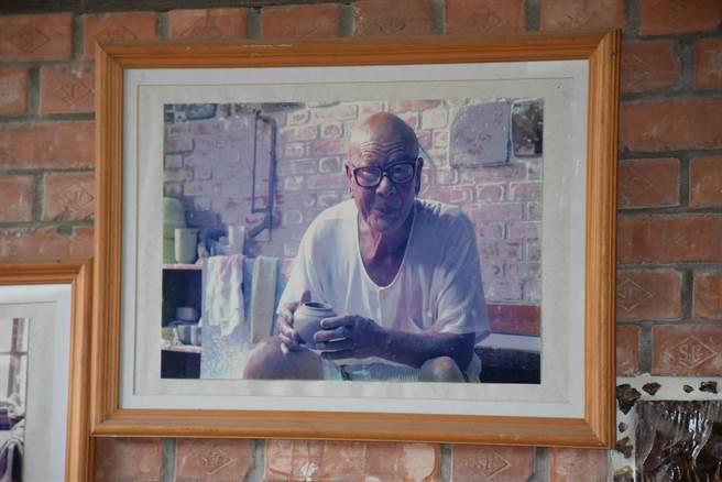竹南蛇窯的創辦人林添福,曾獲國家工藝獎。(謝明俊攝)