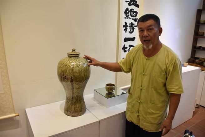林瑞華用蛇窯燒出超過1千4百多度的陶藝。(謝明俊攝)