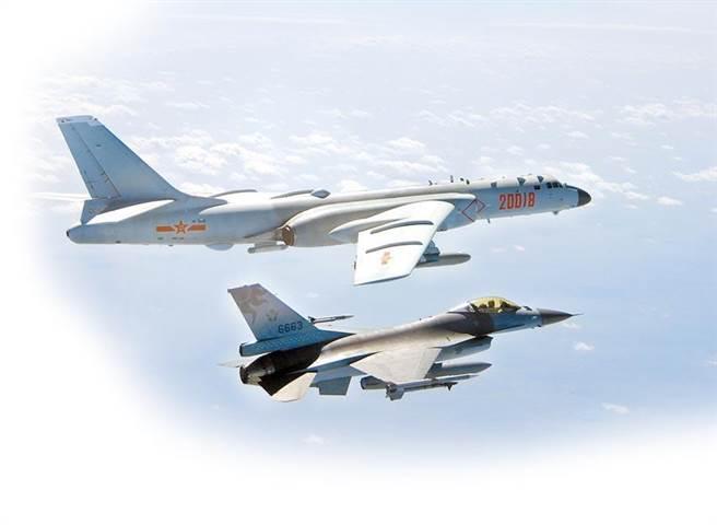 共機短暫跨越海峽中線,F-16監控共軍轟-6。(資料照/國防部提供)