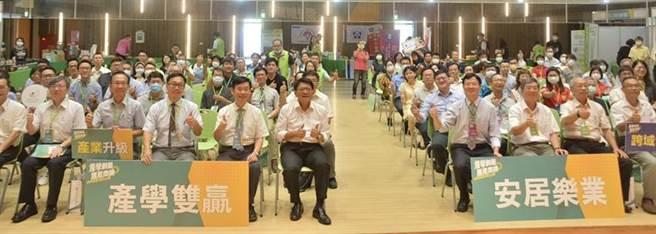 產學媒合會邀請縣長潘孟安(左邊右一)等人參加。圖/縣府提供