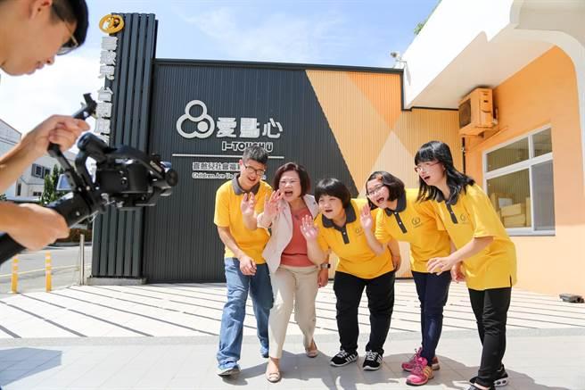 許銘春(左二)與喜憨兒們共同拍攝宣傳片。(李宜杰攝)