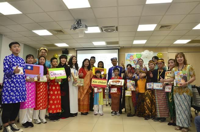 桃園市教育局推動印尼、越南語版的繪本,孩子們自己配音,將作為新住民語言教育的自編補充教材。(賴佑維攝)