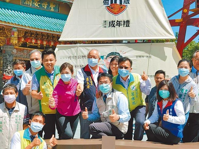 今年台南「做16歲」成年禮活動,首度公私協力結合安平開台天后宮等寺廟舉辦。(洪榮志攝)