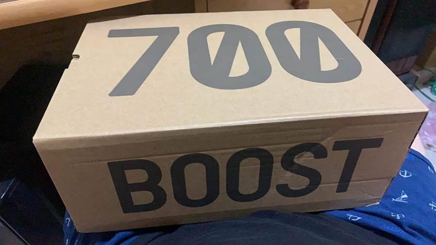 網友買新鞋,媽媽一看鞋盒讚「才花700很省」,網友一看都笑翻 (圖/爆廢公社)