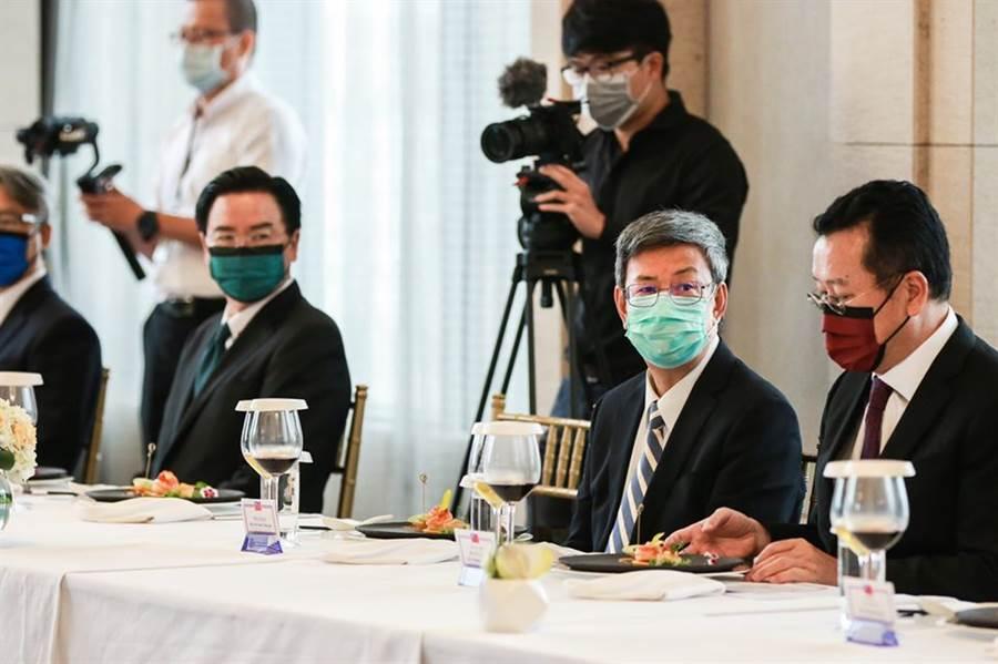 國安會秘書長顧立雄(圖右)與外交部長吳釗燮(圖左)與阿札爾午宴,所戴口罩意外成為午宴亮點。不過,前副總統陳建仁則選擇低調,僅戴一般顏色的口罩出席。 (圖擷自賴清德臉書)
