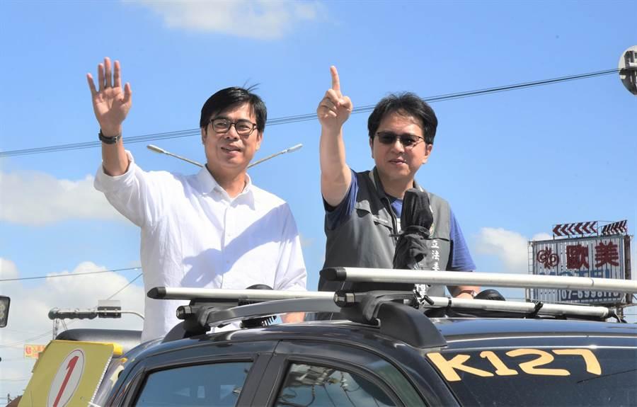 民進黨高雄市長補選候選人陳其邁(左)13日到路竹區掃街拜票,黨籍立委邱志偉陪同。(林瑞益攝)
