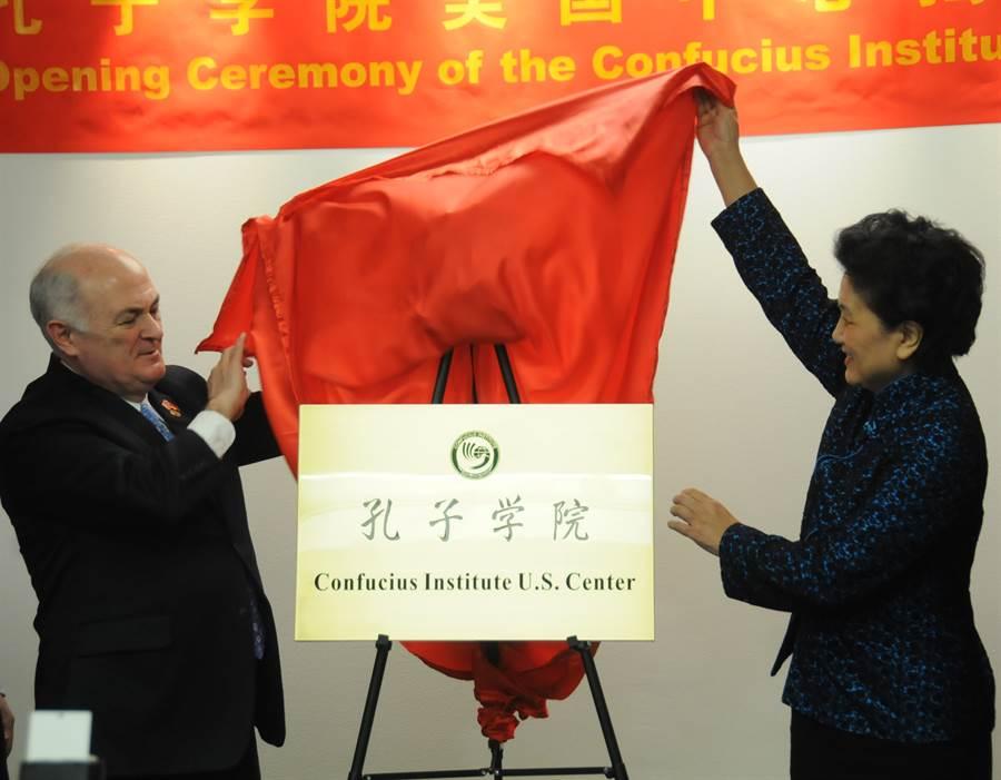 正值華府與北京齟齬加深之際,傳將大陸官方在美國校園設立、作為宣傳中國傳統文化與中文教育的「孔子學院」列為外國使團,讓兩國緊張關係再次上升至新階段。圖為2013年11月,孔子學院美國中心在美國首都華盛頓正式成立,為孔子學院在海外建立的首個地區中心。(美聯社)