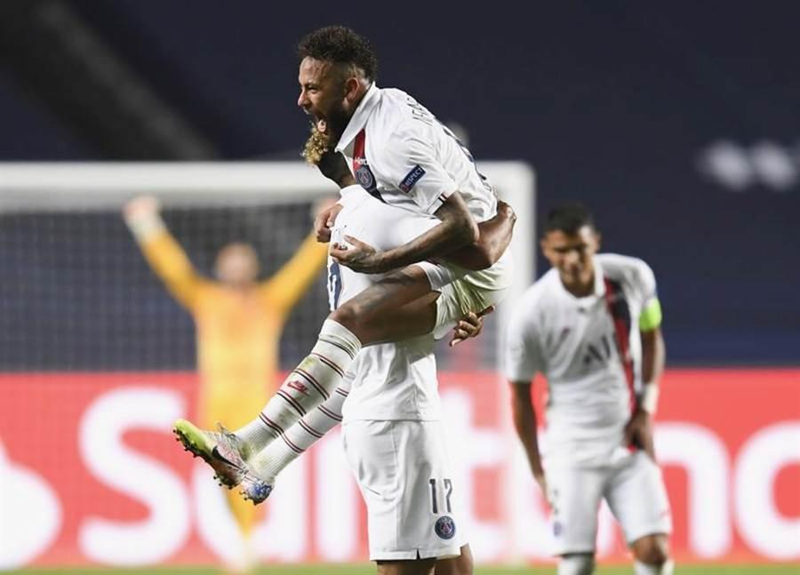 巴黎聖日耳曼Neymar與隊友慶祝在歐冠8強獲勝。(美聯社)