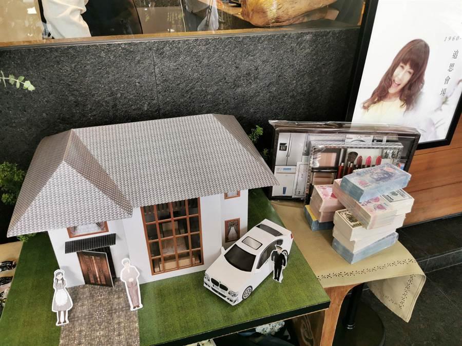 送給羅霈穎的紙房子、精品、紙錢均相當霸氣奢華。(盧禕祺攝)