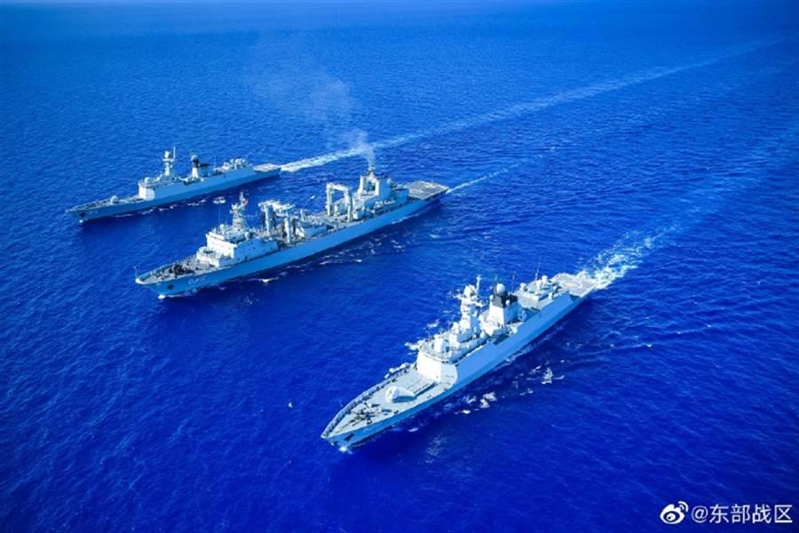 解放軍宣布:在台灣海峽南北兩端舉行大演習。