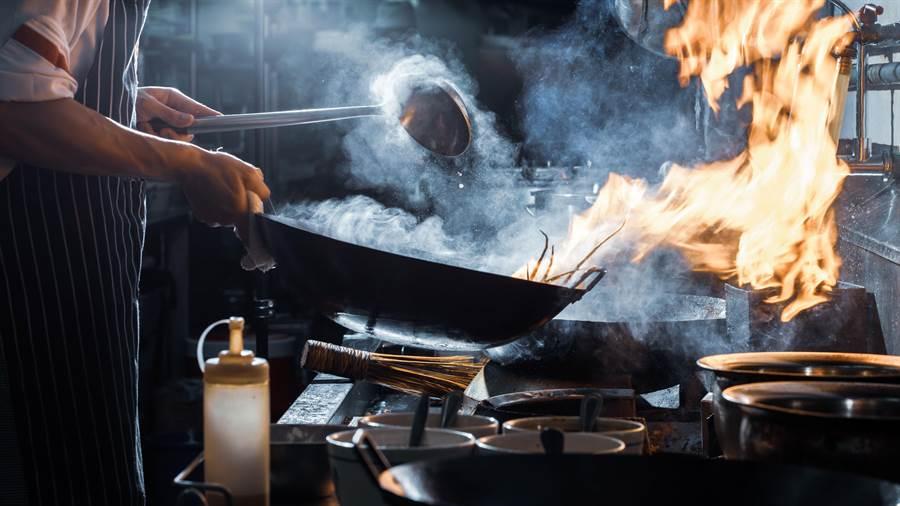 大陸近期關注起餐桌餐廳的飲食浪費問題。(shutterstock)