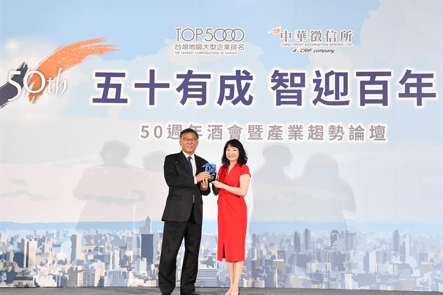 CRIF中華徵信所郭曉薇總經理(右)頒發「連續30年營收百大企業」獎座予和泰汽車劉松山本部長(左)