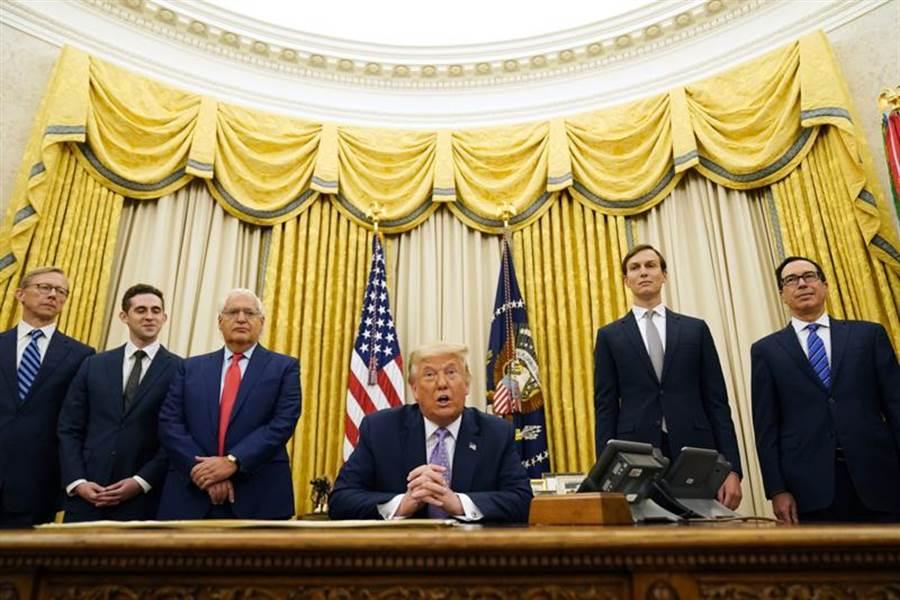 歷史性協議!美國總統川普在橢圓形辦公室宣布,以色列和阿拉伯聯合大公國已經同意關係正常化。(美聯社)