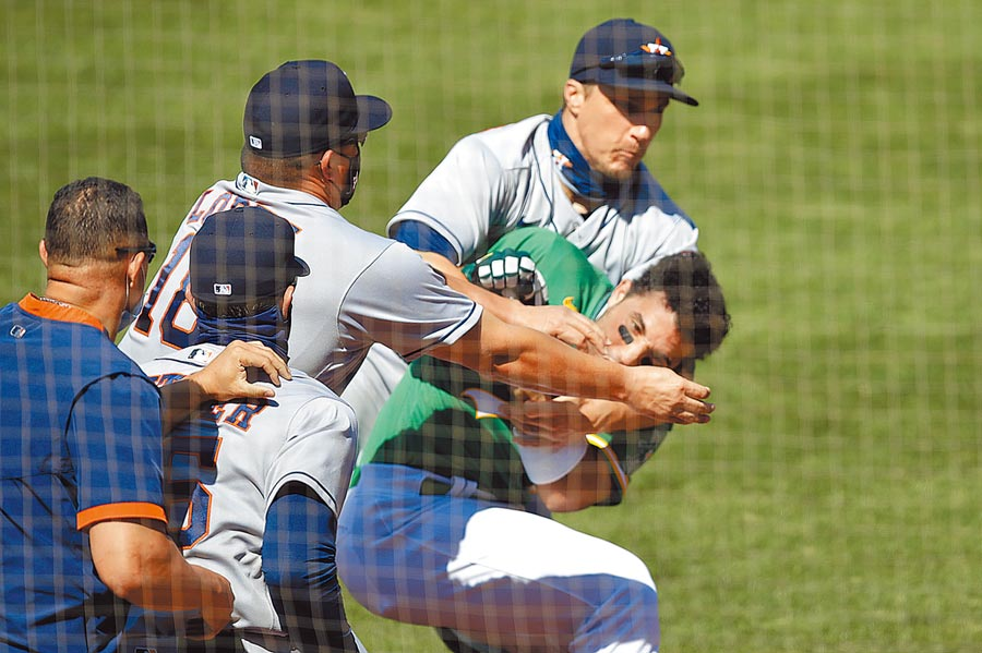 運動家外野手羅瑞安諾(右下)和太空人發生衝突,遭到6場禁賽處分,仍可上訴。(美聯社)