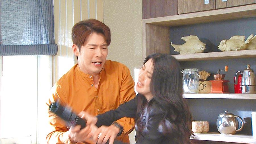 韓瑜(右)在劇中呼黃少祺巴掌都是來真的。(三立提供)