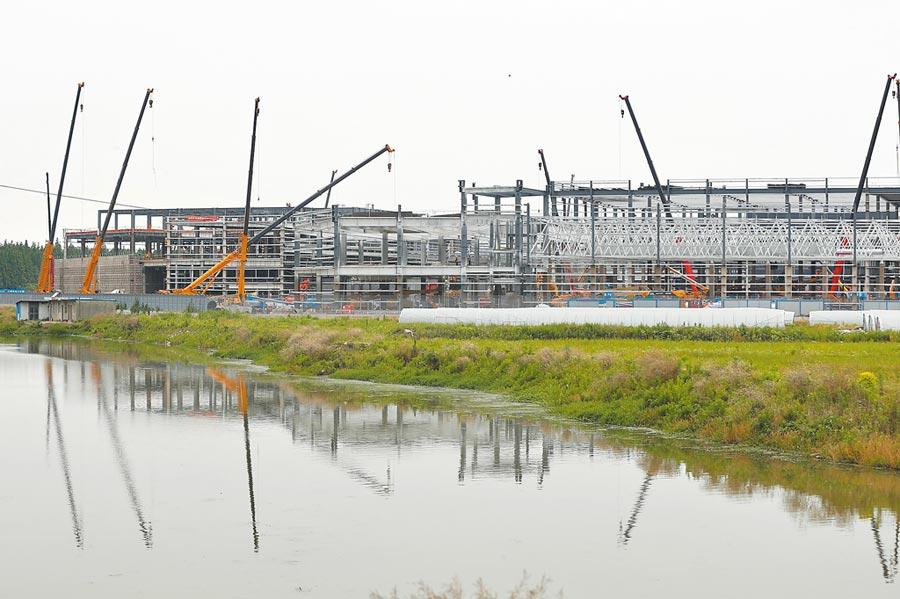 疫情下美商特斯拉仍投資建設位於上海臨港產業區的超級工廠。(中新社資料照片)