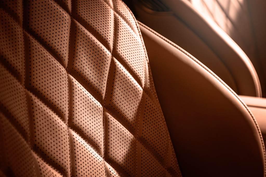 新一代座椅具有流暢的3D立體設計:像貝殼一樣嵌入周圍環境。若後排配選為兩個單人座椅時,乘客之間會有如瀑布狀的大型木質裝飾。