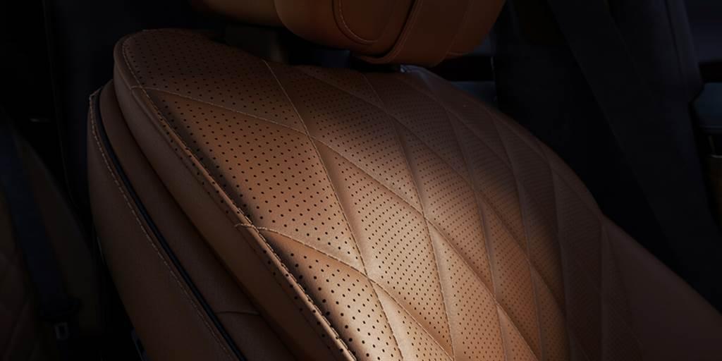 前排座椅中集成了近耳揚聲器,除了可優化音響環繞聲效果外,信息娛樂公告(例如:導航說明或電話信息),可以更精確清楚地讓駕駛獲知。另外,後排座椅的舒適枕頭還提供「暖頸器」,可透過集成的加熱墊進行表面加熱;針對較炎熱地區則提供「冷氣」功能。