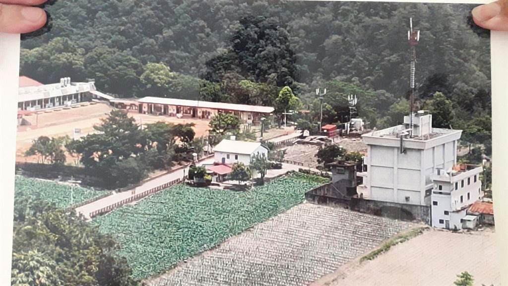 時代力量立委陳椒華指出,設置在霧鹿部落的基地台,竟然就在霧鹿國小的大門前幾十公尺,根本是罔顧族人生命健康。(朱真楷攝)