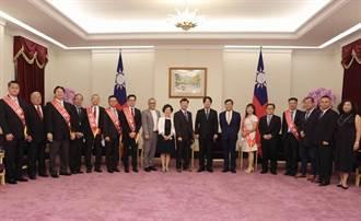 賴副總統接見第26屆中部傑出經理獎及伯樂獎得獎人
