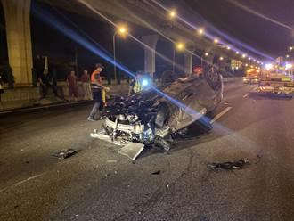 國1小客車自撞翻覆 車輛零件狂撒3車道嚇壞路人
