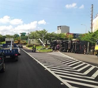 國道2大湳交流道疑標示不清 貨櫃車撞翻標誌2人送醫