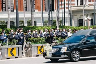 移靈車隊繞行總統府 李大維率官員致意送行李登輝