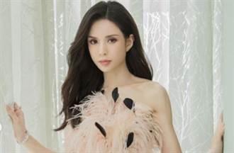 「小龍女」李若彤羽毛遮胸超骨感 54歲凍齡樣貌驚人