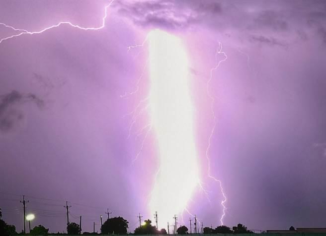 網友分享雲林落雷照,紫金光束令人震撼。(翻攝《西螺囝仔(Xiluo)》臉書)