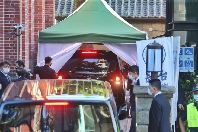 前總統李登輝靈車抵達濟南教會,並直接開進教會後方白色帳篷內。(姚志平攝)