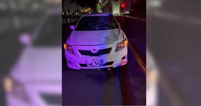 白色轎車撞死小六男童,車頭半毀,擋風玻璃碎裂,可見撞擊力道之大。(圖/翻攝畫面)