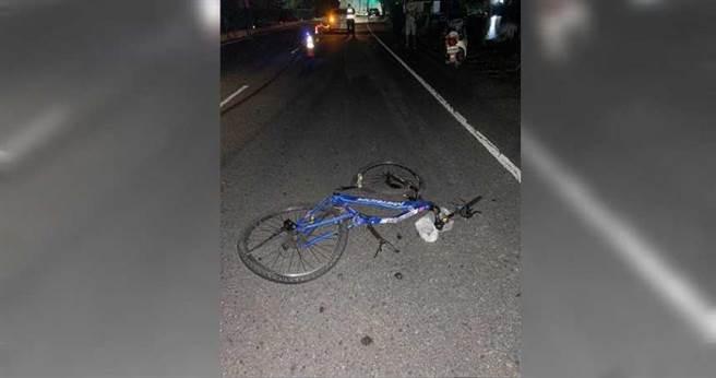 屏東萬丹一名小六男童行經路口遭撞,整個人被當場噴飛,墜入一旁魚池,腳踏車也嚴重扭曲變形,員警懷疑盧姓駕駛當時車速相當快。(圖/翻攝畫面)
