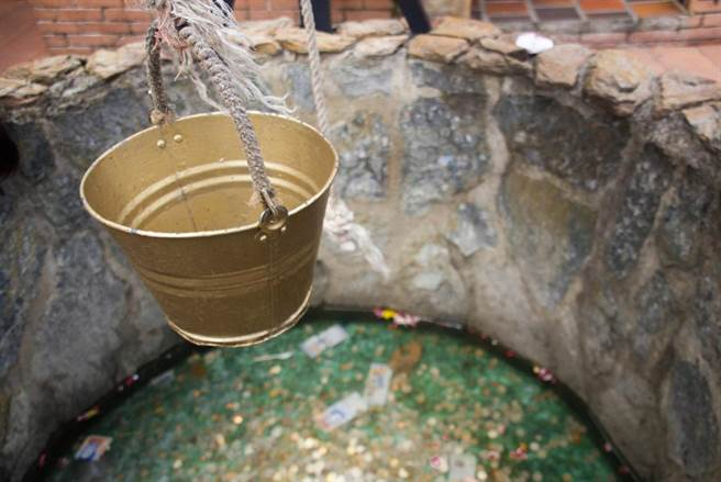 許願池被掏空 美水族館喊窮!撈440公斤硬幣應急