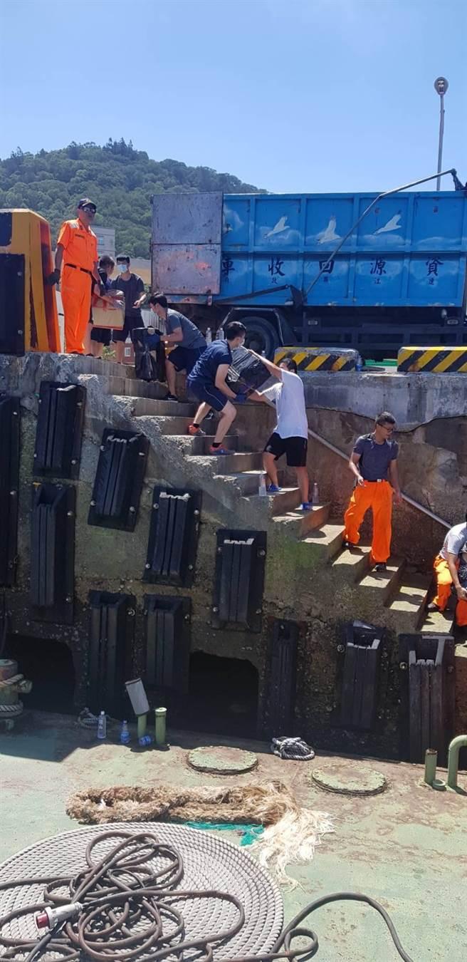 馬祖海巡隊查獲1艘大陸籍無船名貨船,船上載有68萬包未稅菸,海巡隊將陸船押返福澳港偵辦。(馬祖海巡隊提供)