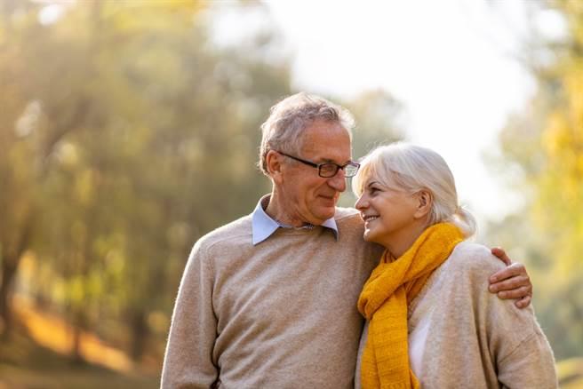 年邁妻子染疫,院方想盡辦法使老夫妻能夠見面。示意圖。(圖片來源/達志影像shutterstock提供)