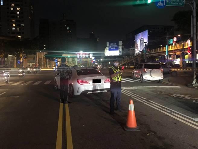 一名民眾车子在台湾大道故障,员警将警用汽车停放于自小客车后方警戒,现场指挥疏导交通,待林男通知道路救援后才排除状况。(民眾提供/卢金足台中传真)