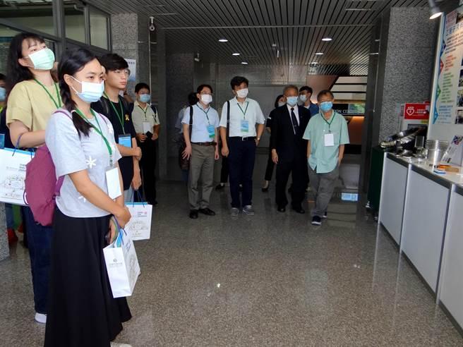 ▲21所科大教职员观摩正修科大CNC示范工厂。(林雅惠摄)