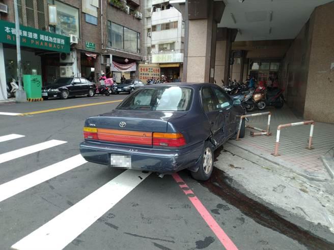 林再撞到對向韋姓駕駛的小客車,便失控衝撞騎樓柱子。(讀者提供/張妍溱台中傳真)