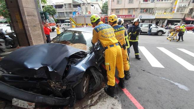 消防局出動2輛救護車及12人緊急救援,現場一片凌亂。(台中市消防局提供/張妍溱台中傳真)