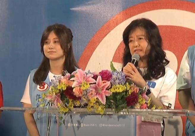 已故高市議長許崑源的夫人林絲娛(右)致詞。(翻攝中時電子報直播)