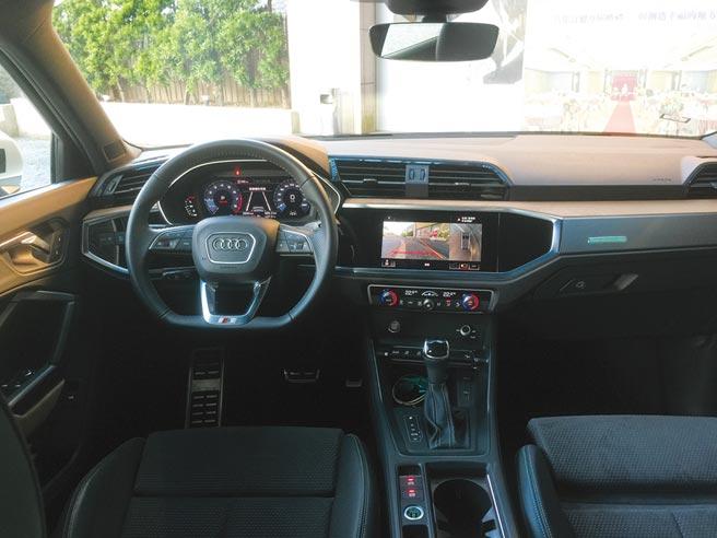 很數位化的Q3 Sportback內裝。選配的S line平底跑車方向盤質感握感超好。