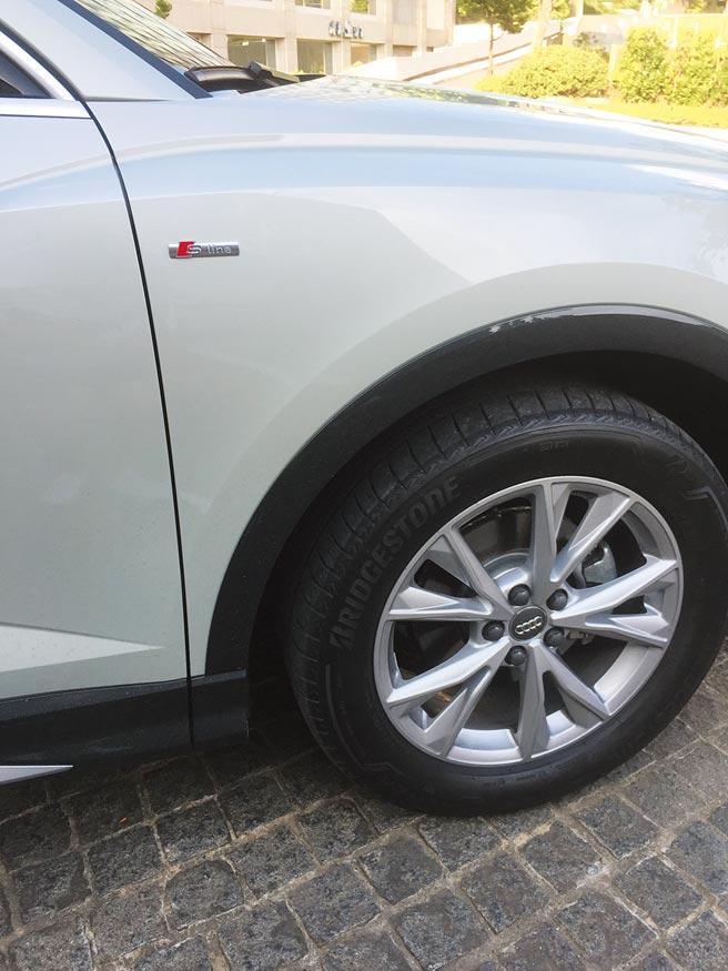 試駕車標配235/55R18胎圈,圖中還可見葉子板上S line標誌。