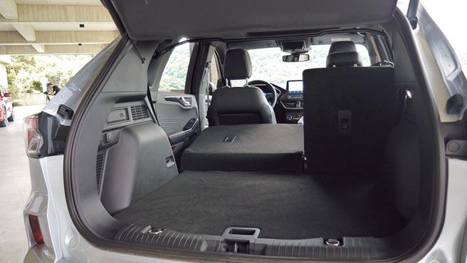 後座賦予Extra-space 6/4分離功能,提升置物便利性。