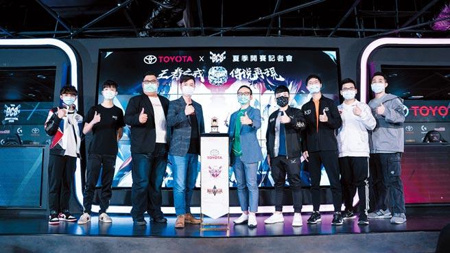 和泰汽車TOYOTA劉傳宏本部長(右5)與傳說對決賽事負責人林文彥先生(左4)宣示2020 GCS夏季職業聯賽開賽。