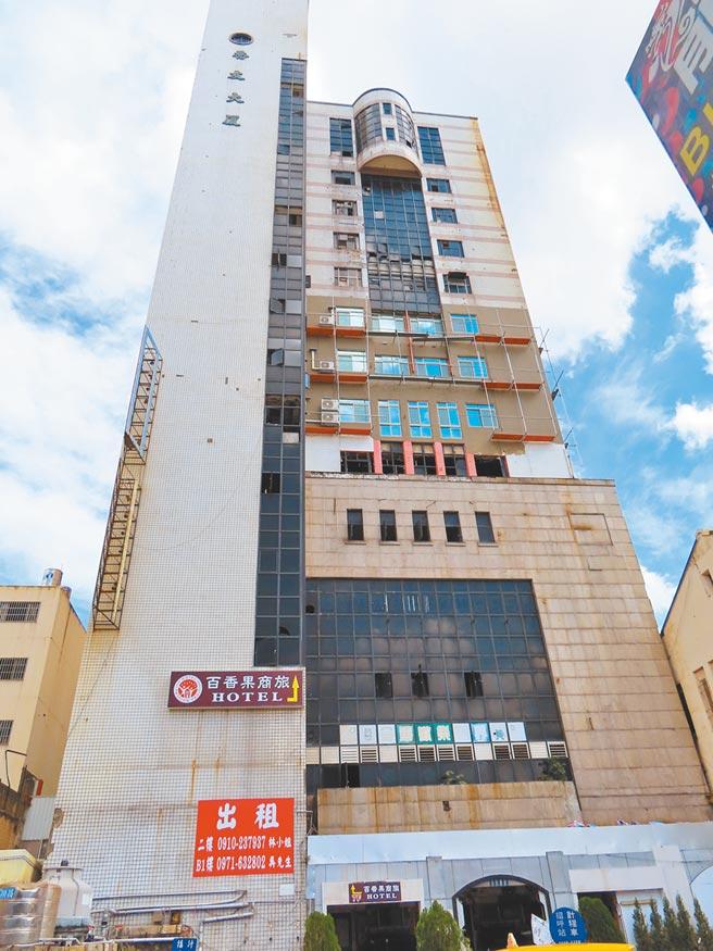 曾經是彰化市最高的百貨大樓喬友大樓,也是彰化車站附近省目的地標,歷經火劫後沉寂,今年旅館業者進駐3個樓層,市民企盼更活化。(吳敏菁攝)