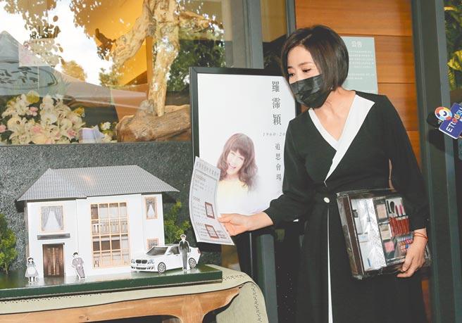 于美人昨拿出亲友们送给罗霈颖的纸房子和纸地契,连纸做的化妆品都有。(卢祎祺摄)