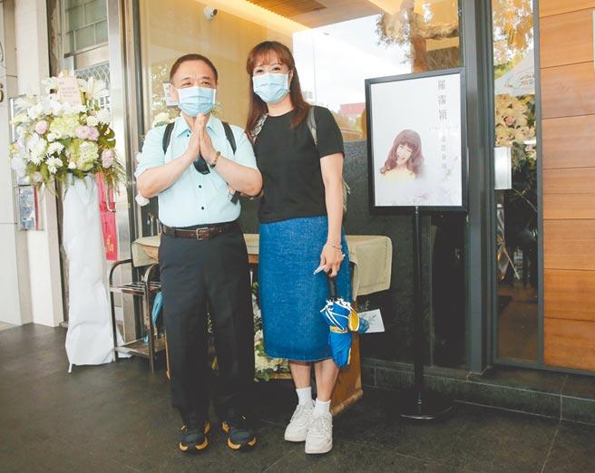 小亮哥(左)和林姿佑夫妻俩昨午至灵堂悼念罗霈颖。(卢祎祺摄)