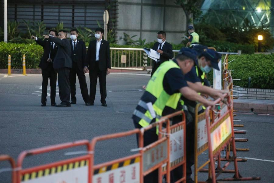 前總統李登輝14日出殯,特勤人員與警方清晨即出動大批人手前來安全管控。(杜宜諳攝)