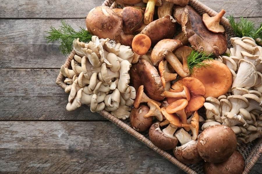 營養師指出,菇類富含多醣體及人體必需胺基酸、蛋白質、維生素B群與維生素D等,營養價值很高。(圖/達志影像/shutterstock)